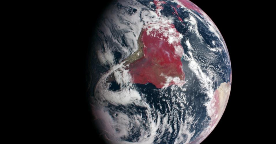 Em 3 de agosto de 2004, uma espaçonave da Nasa começou uma viagem de sete anos, em espiral, pelo sistema solar até Mercúrio. Um ano após o lançamento, o veículo se fechou ao redor da Terra para receber uma correção de órbita de gravidade e testar seus instrumentos, o que deu à tripulação a oportunidade de observar seu planeta natal. Na imagem, se pode ver a América do Sul e porções da América do Norte e da África