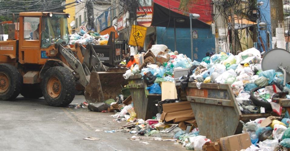 7.mar.2014 - Para retirar o lixo na comunidade da Rocinha foi necessário o uso de uma escavadeira, nesta sexta-feira (7), e moradores ajudaram no trabalho. A medida foi necessária devido ao fato dos garis da cidade estarem em greve desde o sábado de Carnaval (1º)