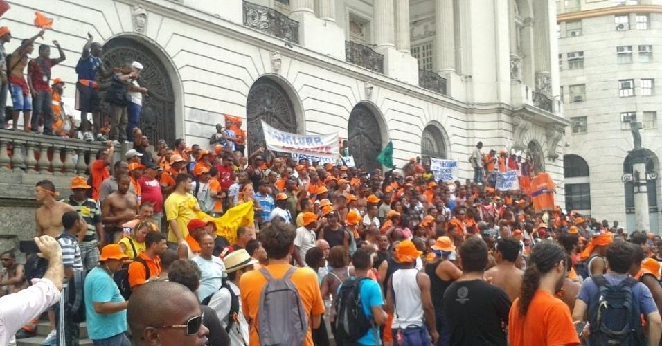 7.mar.2014 - Garis que aderiram a greve fazem assembleia nas escadarias Câmara dos Vereadores, na Cinelândia, Rio de Janeiro