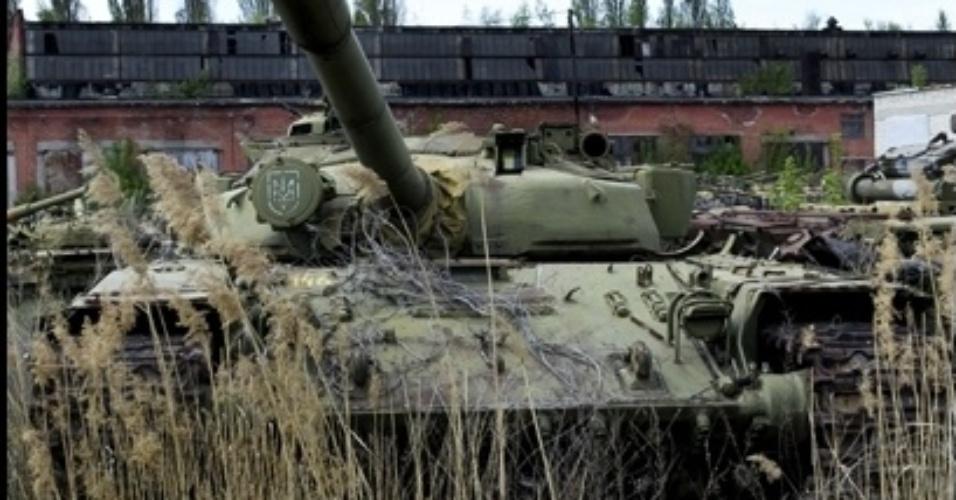 7.mar.2014 - Grandes veículos estão abandonados na cidade de Kharkov, na parte ocidental da Ucrânia, em um 'cemitério' de equipamentos militares. De acordo com o fotógrafo Pavel Itkin, de apenas 18 anos, em seu auge, o local era usado para consertar mais de 60 tanques e 50 motores por dia, mas agora os veículos estão abandonados e sem uso