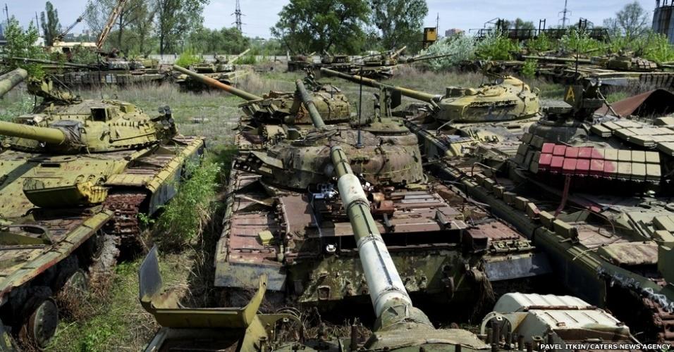 7.mar.2014 - Grandes veículos estão abandonados na cidade de Kharkov, na parte ocidental da Ucrânia, em um 'cemitério' de equipamentos militares. O fotógrafo Pavel Itkin, de apenas 18 anos conta: