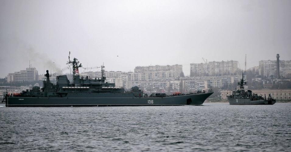 7.mar.2014 - Marinha russa chega ao porto no porto de Sebastopol nesta sexta-feira (7) com o grande navio de aterragem