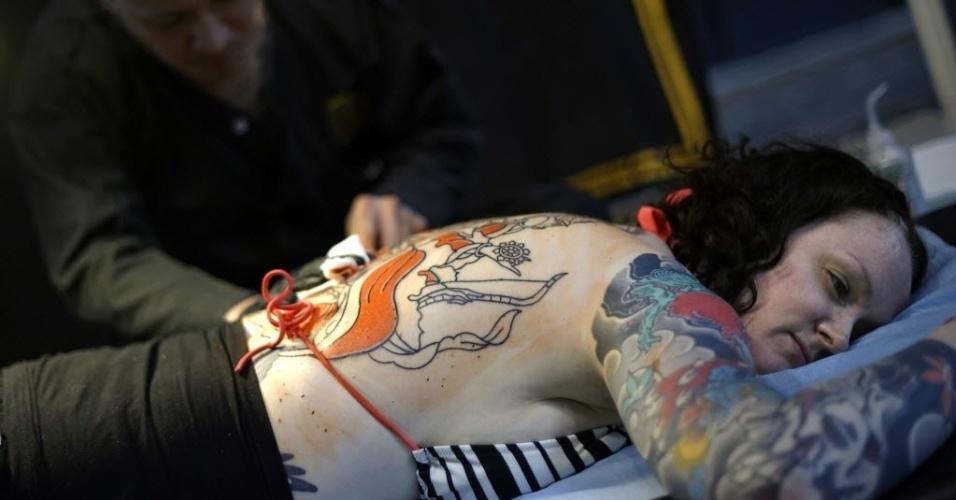 7.mar.2014 - Mulher é tatuada durante a segunda edição do