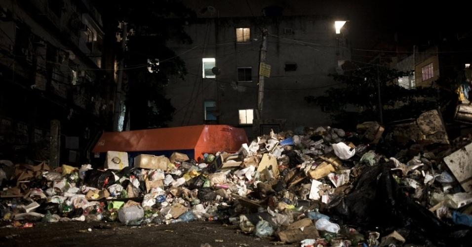 """8.mar.2014 - Uma montanha de lixo que se acumulou com a greve dos garis na última semana causa transtornos a comerciantes e moradores da região, que veem ratos e baratas da """"praça do lixo"""" como as principais ameaças do dia a dia"""