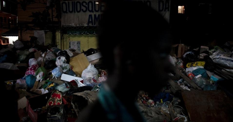 8.mar.2014 - A greve dos garis no Rio atingiu o oitavo dia neste sábado (8). Na comunidade de Rio das Pedras, em Jacarepaguá, zona oeste da cidade, a coleta de lixo está prejudicada, e sacolas com restos de comida, papéis e embalagens tomam conta das ruas da favela