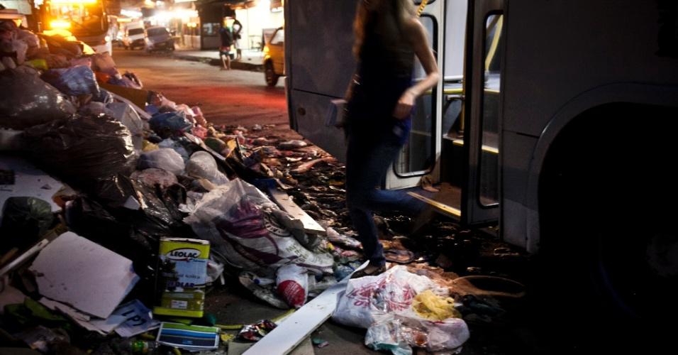8.mar.2014 - Com a coleta de lixo prejudicada, as sacolas com restos de comida, papéis e embalagens tomaram conta das ruas da favela de Rio das Pedras, no Rio. Há dificuldade para transitar nas vias principais, que estão totalmente tomadas por sujeira