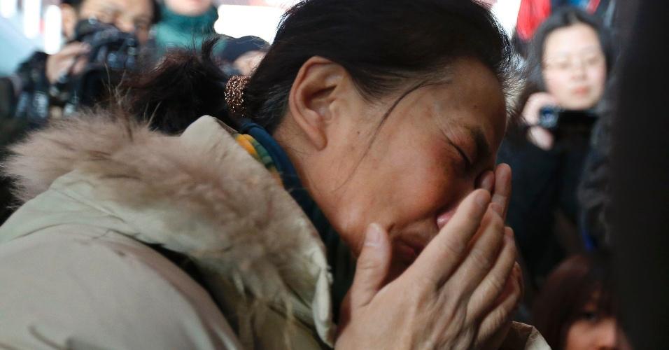 8.mar.2014 - Chineses chora enquanto espera por informações de passageiros do voo MH370, da Malaysia Airlines, no Aeroporto Internacional de Pequim