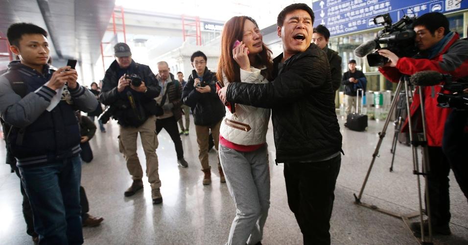 8.mar.2014 - Chineses choram enquanto esperam por informações de passageiros do voo MH370, da Malaysia Airlines, no Aeroporto Internacional de Pequim
