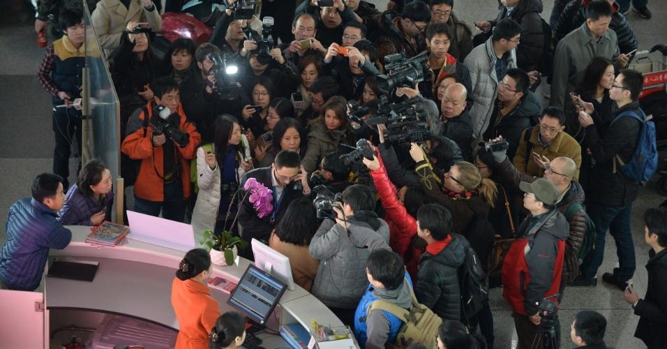 8.mar.2014 - Jornalistas aguardam informações do voo MH370, da Malaysia Airlines, no Aeroporto Internacional de Pequim