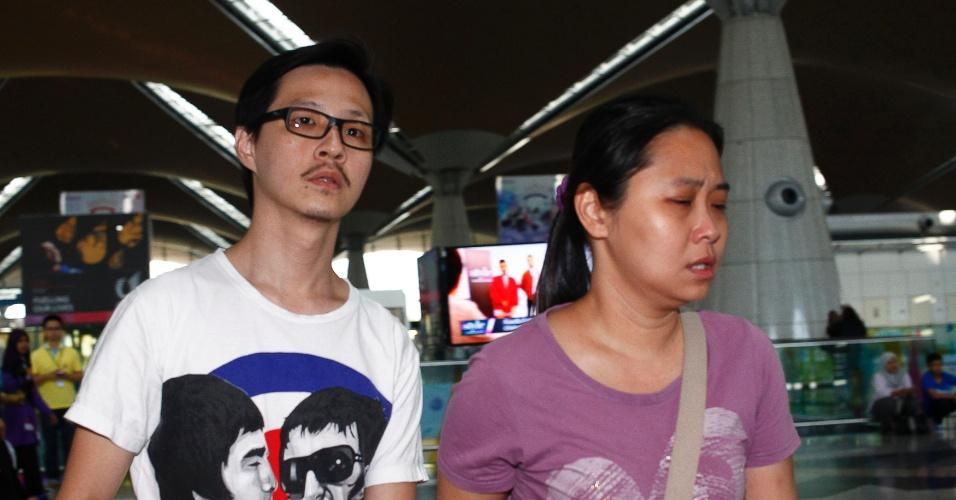 8.mar.2014 - Malasianos esperam por informações de passageiros do voo MH370, da Malaysia Airlines, no Aeroporto Internacional de Sepang