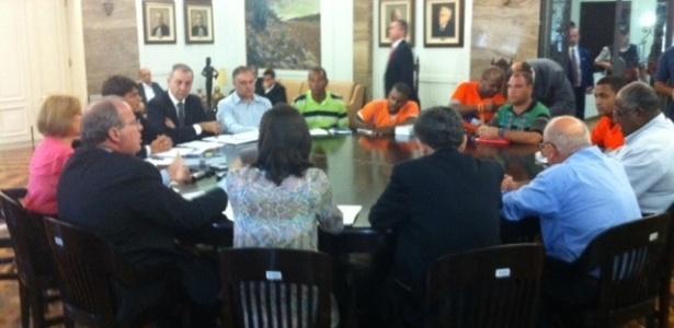 O comando da greve dos garis no Rio de Janeiro e representantes da Comlurb (Companhia Municipal de Limpeza Urbana) estão reunidos neste sábado (8) no TRT-RJ (Tribunal Regional do Trabalho do Rio de Janeiro) para discutir o fim da greve