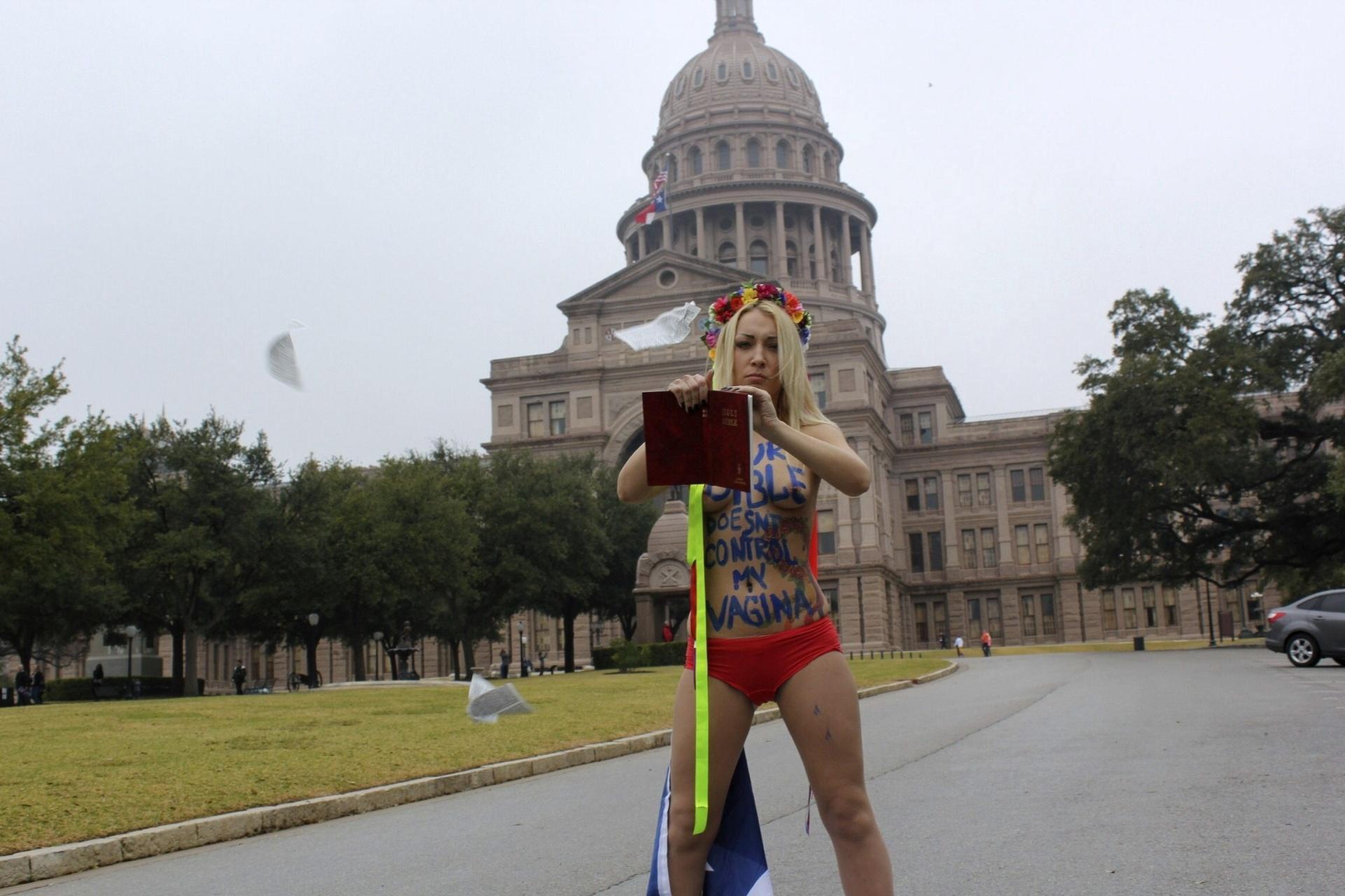 8.mar.2014 - Uma das líderes do movimento feminista Femen, a ucraniana Inna Shevchenko, protestou contra a lei que restringe o aborto neste Estado, em frente ao Capitólio do Texas, nos Estados Unidos, coincidindo com o Dia Internacional da Mulher