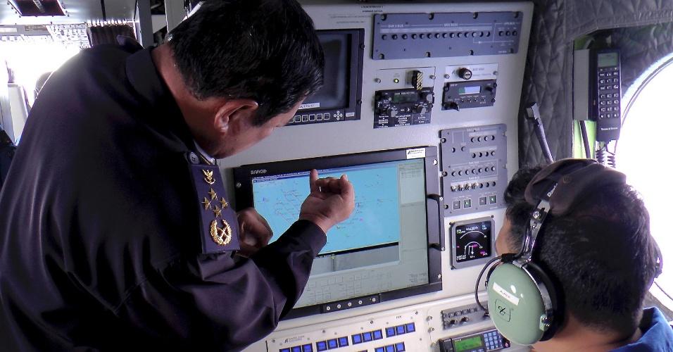 9.mar.2014 - O Almirante Datuk Mohd Amdan Kurish, diretor-geral da Agência Marítima da Malásia, procura o avião da Malaysia Airlines, que desapareceu provavelmente nas águas do Golfo da Tailândia com 239 pessoas a bordo, na tela do radar