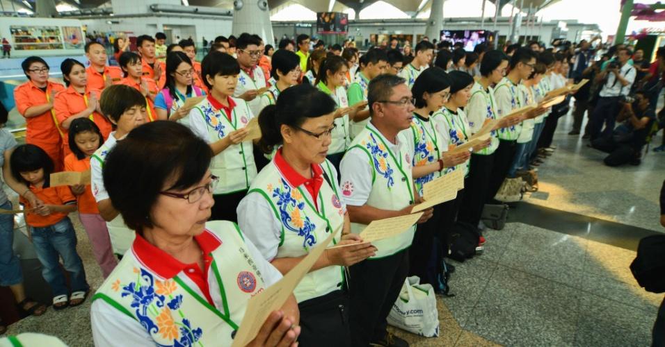 9.mar.2014 - Grupos religiosos se reúnem para rezar pelos desaparecidos no voo MH370, da Malaysia Airlines
