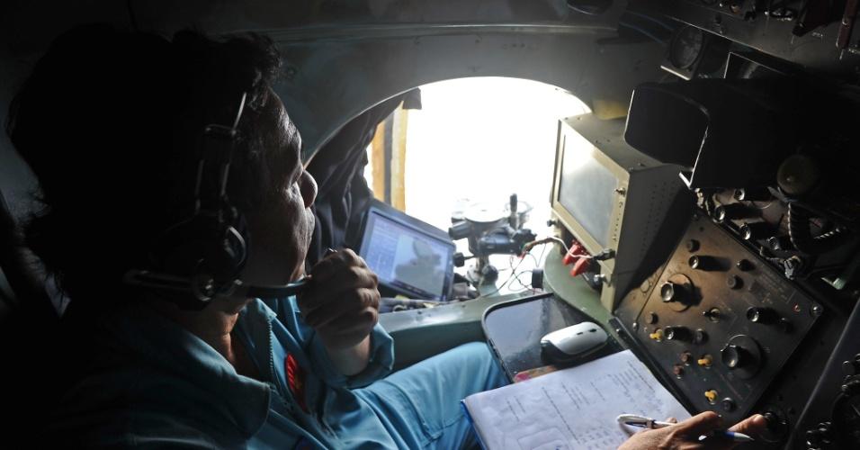 9.mar.2014 - Imagem mostra um membro da Força Área do Vietnã durante buscas pelo avião da Malaysia Airlines, que desapareceu quando ia para Pequim, China
