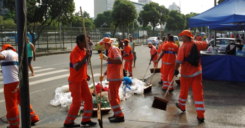 Na imagem, garis voltam a trabalhar na avenida Presidente Vargas, depois do fim da greve, no Rio de Janeiro