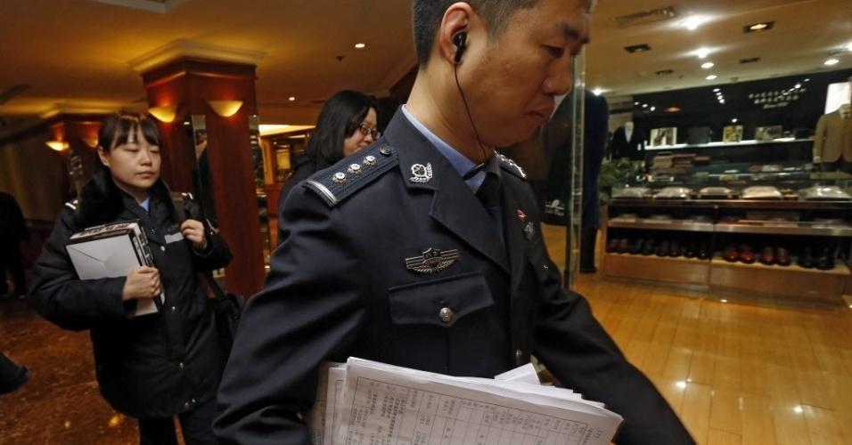 """10.mar.2014 - Funcionário do governo chinês trabalha em hotel de Pequim onde familiares dos passageiros do voo MH370, da Malaysia Airlines, aguardam notícias sobre o avião desaparecido no último sábado (8). O presidente da China. Xi Jinping, declarou que seu país """"não abandona nenhuma opção que permita salvar vidas"""" nas buscas do avião. Das 239 pessoas a bordo, 154 eram de nacionalidade chinesa, segundo informou o porta-voz do Ministério das Relações Exteriores chinês, Qin Gang, em entrevista coletiva"""