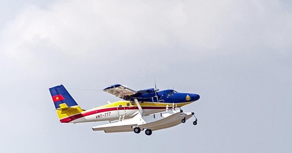 10.mar.2014 - Hidroavião da Força Aérea do Vietnã decola para realizar busca de avião da Malaysina Airlines desaparecido no último sábado. O avião sobrevoava o golfo da Tailândia quando fez seu último contato