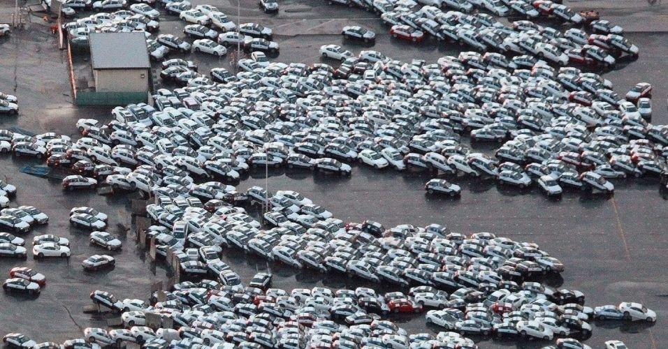http://imguol.com/c/noticias/2014/03/10/10mar2014---o-terremo-seguido-de-tsunami-deixou-um-rastro-de-destruicao-no-nordeste-do-japao-nesta-foto-os-carros-que-estavam-estacionados-em-um-patio-ficaram-empilhados-na-na-cidade-de-hitachinaka-em-1394493580911_956x500.jpg