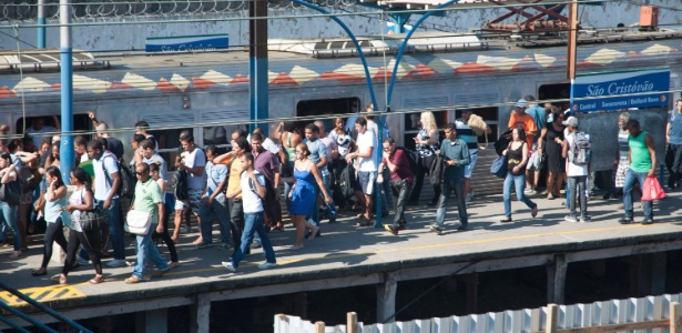 Passageiros tiveram que desembarcar do trem e caminhar pelos trilhos até a estação de Deodoro
