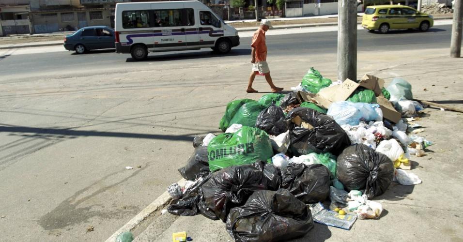10.mar.2014 - Lixo continuava espalhado pelas rua do bairro da Penha, na zona norte do Rio de Janeiro, na segunda-feira (10). Na foto, os dejetos estão na calçada da avenida Brás de Pina. O fim da greve dos garis foi decidido após uma reunião dos grevistas com a prefeitura, quando foi definido um reajuste de 37% no salário base