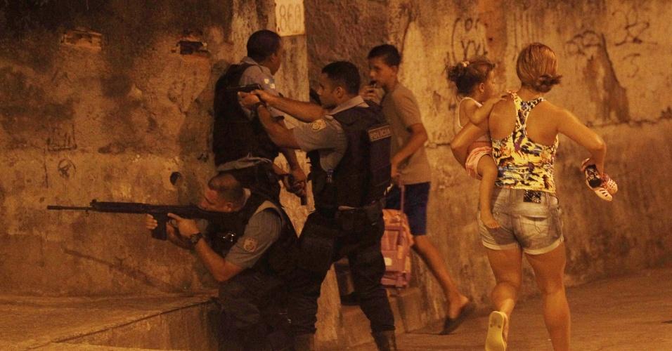 10.mar.2014 - Um protesto terminou em confronto entre policiais e moradores do morro do Alemão, zona norte do Rio de Janeiro