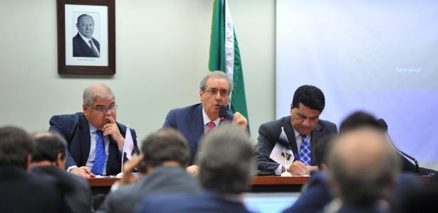 A bancada do PMDB na Câmara aprovou moção de solidariedade ao líder do partido na Casa, deputado Eduardo Cunha (ao centro, na foto), durante reunião nesta terça