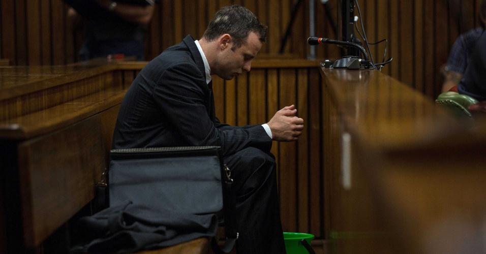 11.mar.2014 - O atleta paraolímpico Oscar Pistorius aguarda o início do sétimo dia de seu julgamento no tribunal em Pretória (África do Sul), nesta terça-feira (11). Suspeito de ter assassinado sua namorada, Pistorius pode ser condenado a 25 anos de prisão, o que deverá encerrar prematuramente sua carreira. Ele alega ter atirado por engano em Reeva Steenkamp, ao ter confundido a namorada com um ladrão