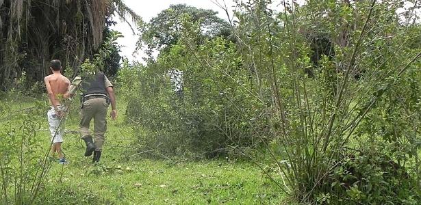 Policial conduz suspeito de matar adolescente a facadas em Guaxupé (MG)