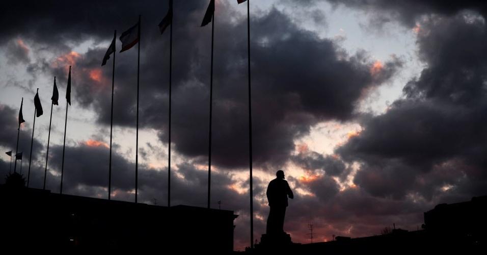 12.mar.2014 - A estátua de Lenin é fotografada ao pôr do sol na praça Lelin, no centro de Simferopol, na Crimeia, Ucrânia, nesta quarta-feira (12). As autoridades separatistas da região reforçaram a segurança do território diante da proximidade da realização do referendo que decidirá se a Crimeia será anexada à Rússia
