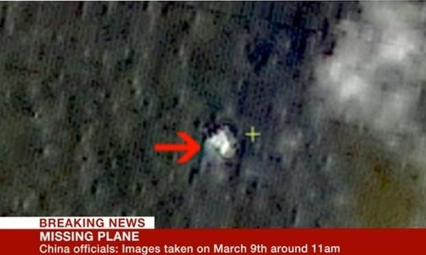12.mar.2014 - A rede norte-americana CNN divulgou imagens de satélite chinês que mostram destroços que podem ser do avião do voo MH370 da Malaysia Airlines, na Malásia, que está desaparecido. A imagem foi cedida pela administração estatal chinesa da Ciência, Tecnologia e Indústria para Defesa Nacional e data de 9 de março. Ela mostra o suposto local do acidente, que fica no sul do mar da China, não muito longe da trajetória de vôo
