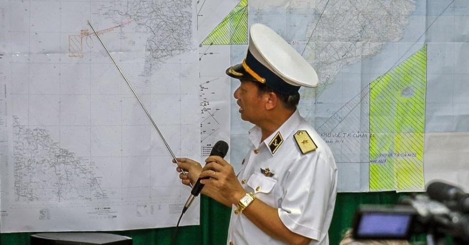 12.mar.2014 - Almirante da Marinha vietnamita aponta em mapa a área em que o Vietnã está realizando as buscas pelo avião da Malaysia Airlines desaparecido desde sábado (8). O governo vietnamita suspendeu nesta quarta-feira (12) as buscas aéreas do avião e decidiu concentrar seus esforços no mar, enquanto aguarda mais esclarecimentos sobre uma possível nova rota da aeronave