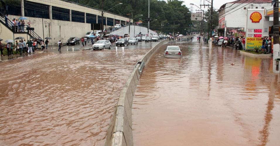 12.mar.2014 - Chuva causa alagamento na Avenida Maria Coelho Aguiar, Jardim São Luis, na zona sul de São Paulo