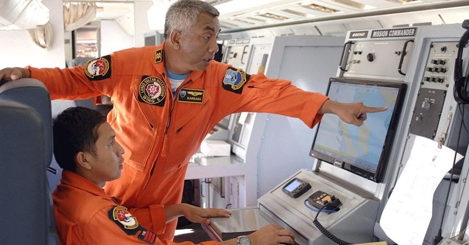 12.mar.2014 - Membros da Força Aérea da Indonésia procuram avião da Malaysia Airlines, desaparecido no último sábado (8)