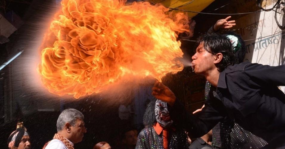 12.mar.2014 - Um devoto hindu cospe fogo durante uma procissão do festival Holi, em Amritsar, Índia. A festa das cores acontece no fim do inverno e vai até o dia 16 de março deste ano