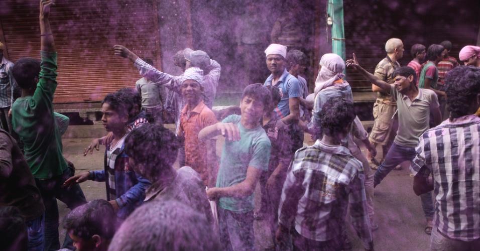 12.mar.2014 - Pessoas lançam pó colorido durante a festa de Lathmar Holi em Mathura, norte da Índia, nesta quarta-feira (12). O Lathmar Holi é uma festa local em Mathura, e começa bem antes do Holi nacional, mais conhecido, que neste ano se inicia no próximo dia 17