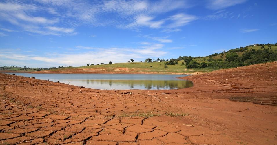 13.mar.2014 - O índice que mede o volume de água armazenado no Sistema Cantareira registrou novo recorde negativo nesta quinta-feira (13), atingindo apenas 15,6% da capacidade total dos seus reservatórios. Pelo segundo dia consecutivo, houve queda de 0,1 ponto porcentual no nível das reservas. Essa é a pior marcar registrada desde o início da operação do sistema, em 1974. Na foto, a represa de Vargem, no interior de São Paulo, aparece quase seca