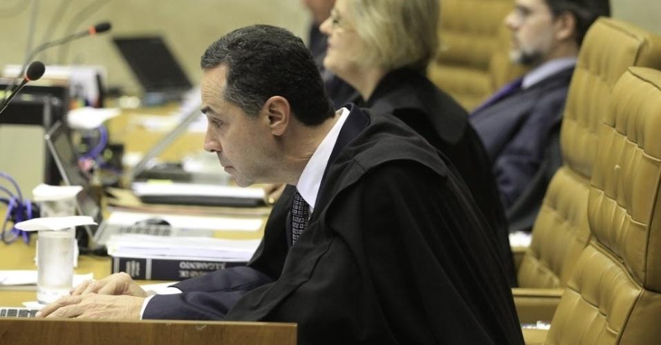 13.mar.2014 - O ministro Roberto Barroso se prepara para o início do julgamento do mensalão, nesta quinta-feira (13), no STF (Supremo Tribunal Federal)