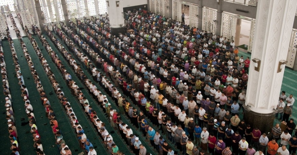 14.mar.2014 - Muçulmanos rezam por passageiros do voo MH370 da Malaysia Airlines, em mesquita próxima ao aeroporto internacional de Kuala Lumpur, na Malásia