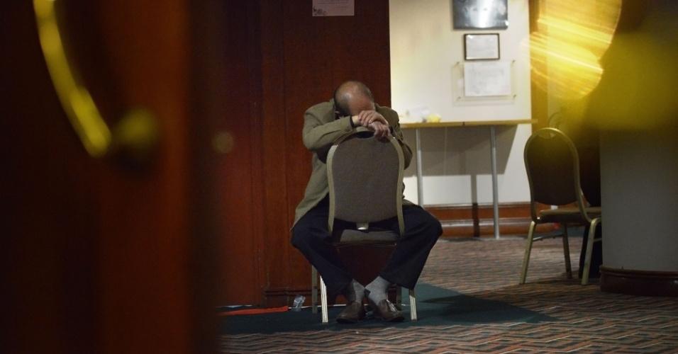 15.mar.2014 - Parente de um dos desaparecidos com o voo da Malaysia Airlines aguarda informações em um hotel em Pequim