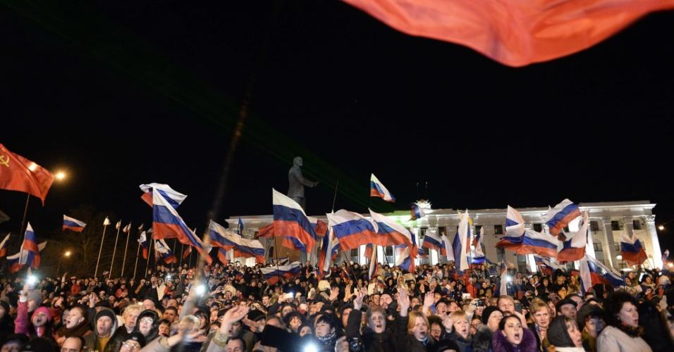 16.mar.2014 - Crimeios pró-Rússia se reúnem para celebrar em Simferopol, capital da Crimeia, após sondagens revelarem que 93% por cento dos eleitores votaram a favor da reunificação da península ucraniana à Rússia, em um referendo realizado neste domingo (16)