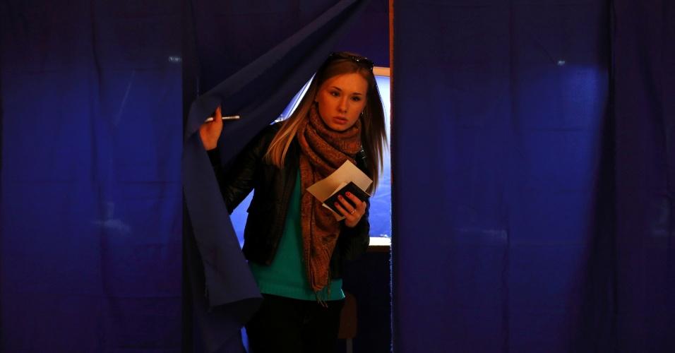 16.mar.2014 - Mulher deixa cabine após votar em referendo sobre o estatuto da região ucraniana da Crimeia em um posto de Sebastopol. O referendo, que deve aprovar sua anexação ao território russo, começou às 8h (3h no horário de Brasília). A votação vai levar 12 horas