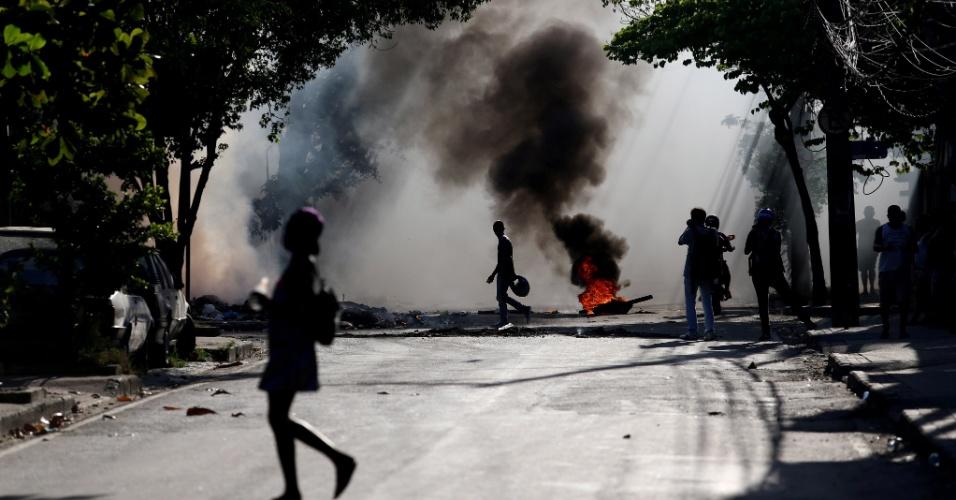 17.mar.2014 - Moradores da comunidade do Cajueiro, no Rio de Janeiro, fazem protesto contra a morte de Cláudia Ferreira da Silva, 38, que foi arrastada por uma viatura da Polícia Militar após ser baleada durante tiroteio entre a polícia e criminosos na comunidade no domingo (16)