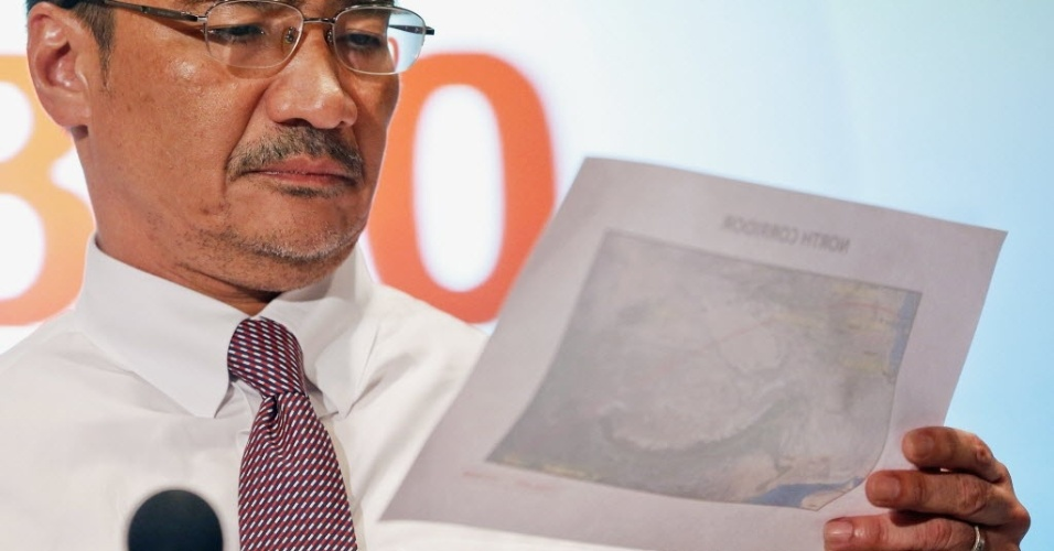 17.mar.2014 - O ministro dos Transportes da Malásia, Hishammuddin Hussein, observa mapa que aponta as últimas localizações possíveis do voo MH370 da Malaysia Airlines, que está desaparecido desde o dia 8 de março, enquanto concede entrevista coletiva no aeroporto internacional de Kuala Lumpur