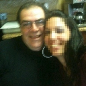 Vítima de facadas, Dimitrios Karaloukas (esq) teria postado foto de seu funcionário na internet