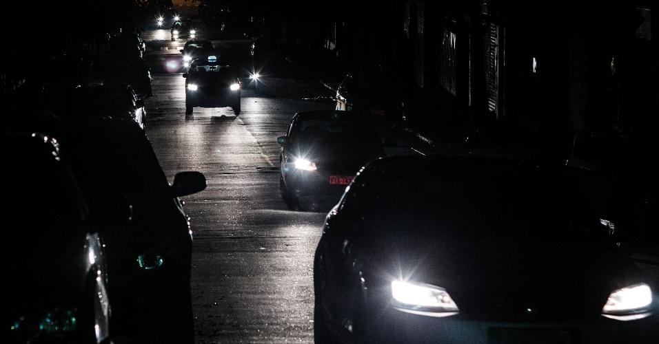 18.mar.2014 - A energia parou de ser fornecida no bairro de perdizes durante o período da tarde e parte da noite. Na foto carros passam pela rua Apiacas, por volta das 20:30 horas da noite.