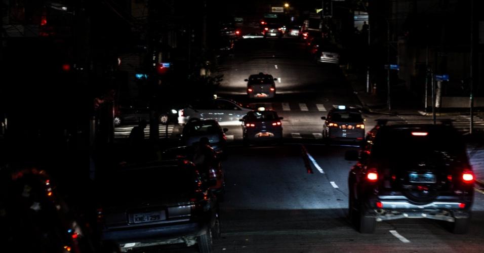 18.mar.2014 - A energia parou de ser fornecida no bairro de perdizes durante o periodo da tarde e parte da noite. Na foto carros passam pela rua Joao Ramalho, por volta das 20:30 horas da noite.