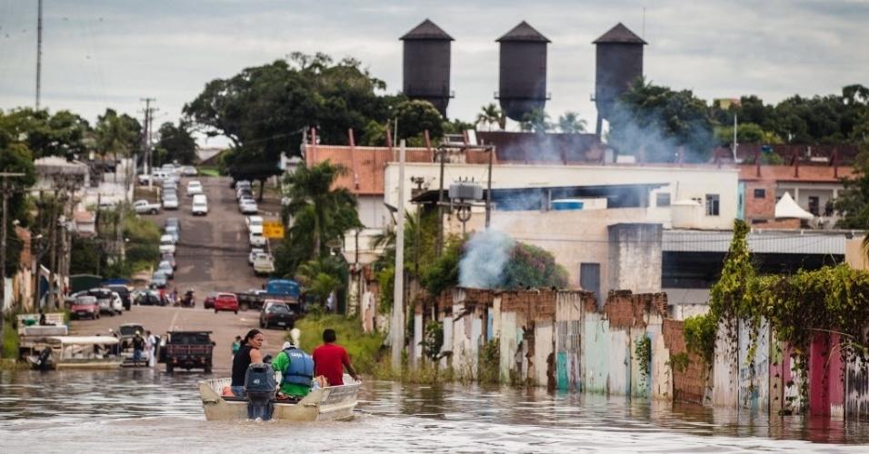 18.mar.2014 - Moradores usam barcos para conseguir se locomover em algumas ruas de Porto Velho, Rondônia, nesta terça-feira (18). Na capital de Rondônia, o nível do rio Madeira bateu recorde histórico em cem anos de medições e está afetando diretamente milhares de famílias. Desde o fim de fevereiro, Porto Velho está em estado de calamidade pública