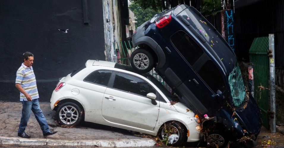 18.mar.2014 - Um carro que estava estacionado na rua Aspicuelta e foi parar na rua Harmonia após fortes chuvas que atingiram a capital paulista no início da tarde desta terça-feira (18). Segundo a Defesa Civil da cidade, ao menos 100 atendimentos foram feitos pelas equipes da prefeitura por causa das chuvas, que incluem 17 casos de quedas de árvore. Até as 19h47, havia 54 semáforos apagados e 11 em amarelo intermitente na cidade, totalizando 65 ocorrências ativas. Partes do bairro da Pombeia, na zona oeste da capital paulista, ficaram sem energia elétrica por pelo menos quatro horas. Além disso, as fortes chuvas causaram colisões entre veículos em ruas alagadas e paralisação de trens da linha 8-Diamante CPTM (Companhia Paulista de Trens Metropolitanos)