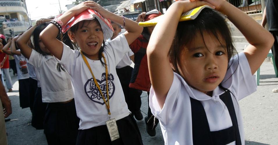 19.mar.2014 - Alunos durante uma simulação de terremoto em uma escola das Filipinas. O governo emitiu um comunicado para que todas as escolas participassem da simulação que ocorreu em vários colégios do país de forma simultânea